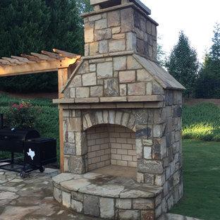 Garten hinter dem Haus mit Kamin, direkter Sonneneinstrahlung und Natursteinplatten in Atlanta