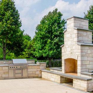 Klassischer Garten hinter dem Haus mit Kamin und Natursteinplatten in Chicago