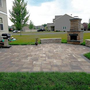 Mittelgroßer Klassischer Garten hinter dem Haus mit Kamin und Betonplatten in Minneapolis