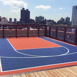 Immagine di un piccolo campo sportivo esterno minimalista esposto in pieno sole sul tetto con uno spazio giochi