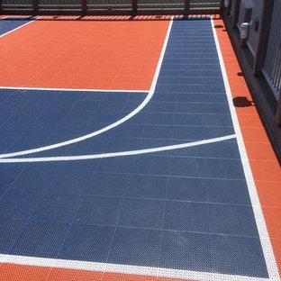 Esempio di un piccolo campo sportivo esterno minimalista esposto a mezz'ombra sul tetto con uno spazio giochi