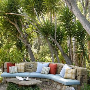 Exempel på en mellanstor exotisk bakgård i delvis sol, med grus