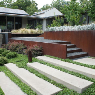 Idee per un giardino design esposto in pieno sole con un pendio, una collina o una riva e ghiaia