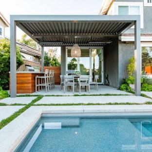 Mittelgroßer Moderner Garten mit Kamin und Betonplatten in Orange County