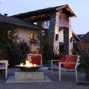 На фото: участок и сад в современном стиле с местом для костра с