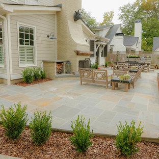 Mittelgroße Moderne Gartenkamin hinter dem Haus mit Sportplatz und Natursteinplatten in Atlanta