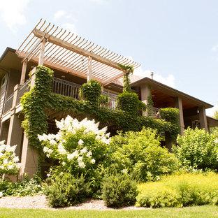 На фото: большой участок и сад на заднем дворе в классическом стиле с прудом, полуденной тенью и мощением клинкерной брусчаткой с