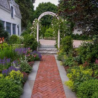 Esempio di un giardino formale tradizionale esposto in pieno sole di medie dimensioni e in cortile con pavimentazioni in mattoni