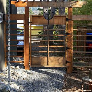 Imagen de jardín actual, en patio lateral, con gravilla