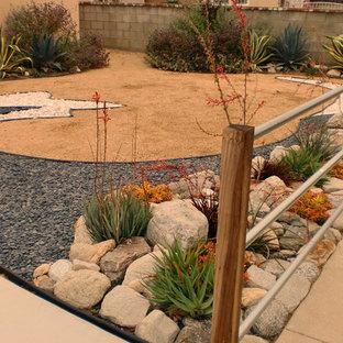 Esempio di un giardino stile americano esposto in pieno sole davanti casa e di medie dimensioni con ghiaia