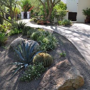 Inspiration for a mediterranean drought-tolerant front yard gravel landscaping in Phoenix.