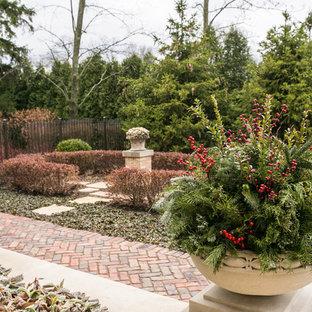 Idee per un grande giardino chic esposto in pieno sole dietro casa in inverno con un giardino in vaso e pavimentazioni in pietra naturale