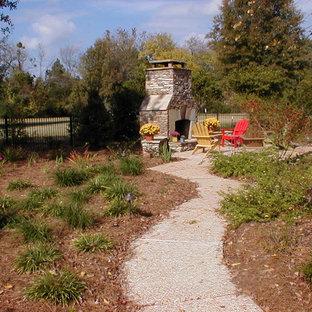 Mittelgroßer Klassischer Garten im Herbst, hinter dem Haus mit direkter Sonneneinstrahlung, Mulch und Kamin in Jackson