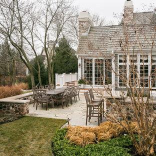 Inspiration för en mellanstor vintage bakgård i full sol på vinteren, med naturstensplattor