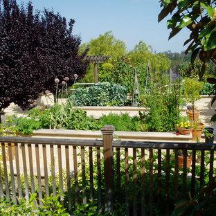 На фото: солнечный огород на участке на заднем дворе в средиземноморском стиле с хорошей освещенностью и покрытием из гравия с