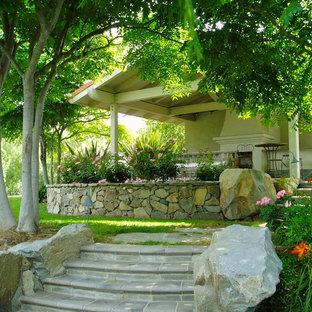 Schattiger Klassischer Garten hinter dem Haus mit Kamin in San Diego