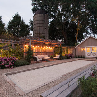 Diseño de pista deportiva descubierta campestre, de tamaño medio, en patio lateral, con gravilla y exposición total al sol