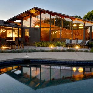 Kleine Mid-Century Gartenkamin hinter dem Haus mit direkter Sonneneinstrahlung in San Diego