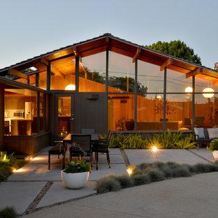 Mittelgroßer Retro Garten hinter dem Haus mit Kamin und direkter Sonneneinstrahlung in San Diego