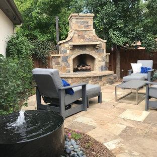 Mittelgroßer, Halbschattiger Klassischer Garten hinter dem Haus mit Kamin und Natursteinplatten in Denver