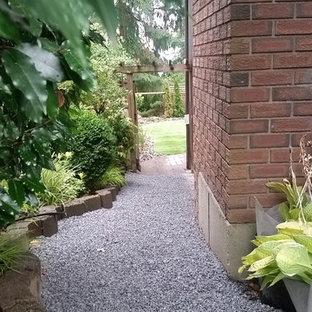 バンクーバーの大きいモダンスタイルのおしゃれな庭 (庭への小道、半日向、コンクリート敷き) の写真