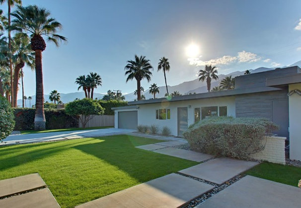 Midcentury Landscape by House & Homes Palm Springs Home Staging