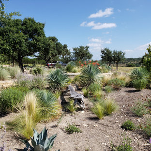 Photo of a southwestern drought-tolerant, desert and full sun stone landscaping in Austin.