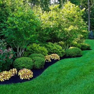 Großer Klassischer Kiesgarten hinter dem Haus mit Auffahrt, Gartenweg und direkter Sonneneinstrahlung in New York