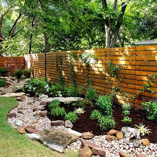 Exemple d'un jardin arrière sud-ouest américain avec une exposition ombragée.