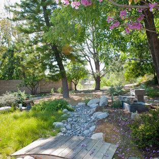 Inspiration för stora rustika bakgårdar i delvis sol som tål torka på våren, med en lekställning och trädäck