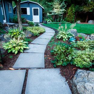 Свежая идея для дизайна: солнечная, летняя садовые дорожки и калитки среднего размера на заднем дворе в стиле ретро с освещенностью и мощением тротуарной плиткой - отличное фото интерьера