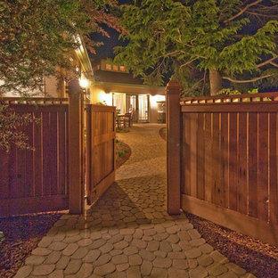 Immagine di un giardino stile americano esposto in pieno sole di medie dimensioni e dietro casa in inverno con un ingresso o sentiero e pavimentazioni in pietra naturale