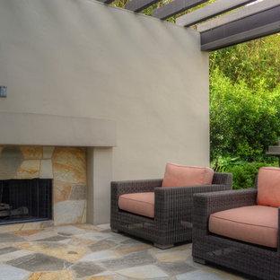 Geometrischer, Großer, Halbschattiger Garten im Frühling, hinter dem Haus mit Kamin und Natursteinplatten in Los Angeles
