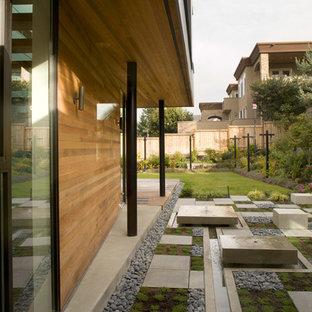 Imagen de jardín minimalista, grande, en patio lateral, con fuente y exposición reducida al sol