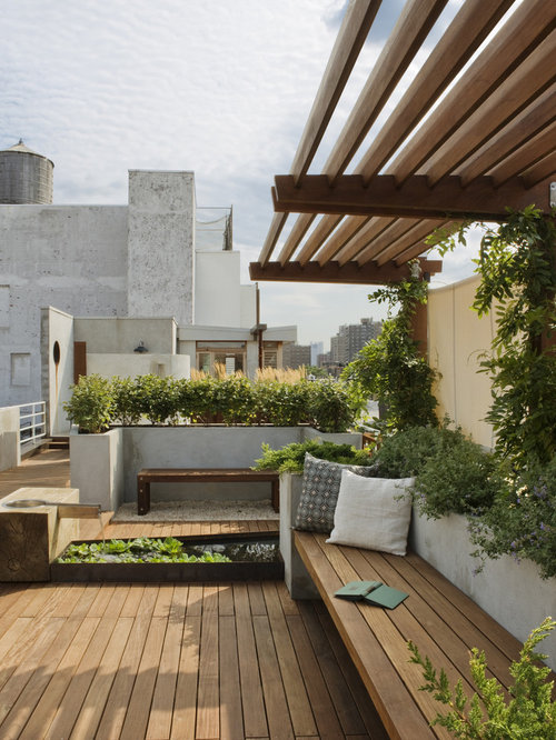 Photo Of A Large Traditional Rooftop Full Sun Garden In New York With A  Water Feature