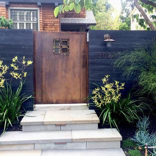 Cette photo montre un jardin avant moderne au printemps avec un portail, une exposition partiellement ombragée et des pavés en pierre naturelle.