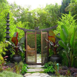 Foto de jardín asiático, en patio trasero, con jardín de macetas y adoquines de piedra natural
