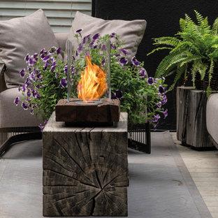 Geometrischer, Großer, Halbschattiger Moderner Garten neben dem Haus mit Kamin, Dielen und Holzzaun in Miami