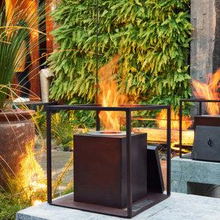 Geometrischer, Geräumiger, Halbschattiger Industrial Garten neben dem Haus mit Kamin und Betonplatten in Miami