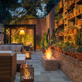 Geometrische, Geräumige Mediterrane Gartenkamin neben dem Haus mit direkter Sonneneinstrahlung und Betonplatten in Miami