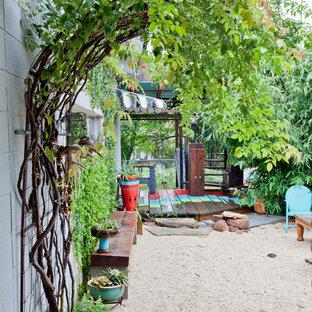 Shabby chic-inspirerad inredning av en trädgård, med en vertikal trädgård