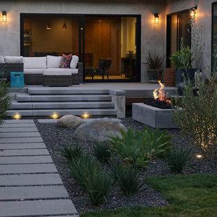 Großer, Schattiger Moderner Kiesgarten hinter dem Haus mit Feuerstelle in Los Angeles