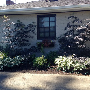 Inspiration for a mid-sized mid-century modern partial sun front yard landscaping in Seattle for summer.