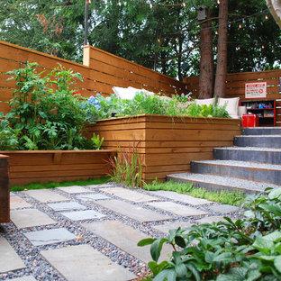 シアトルの小さいモダンスタイルのおしゃれな庭 (半日向、天然石敷き) の写真