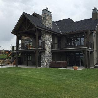 Großer Garten hinter dem Haus mit Kamin und Mulch in Calgary