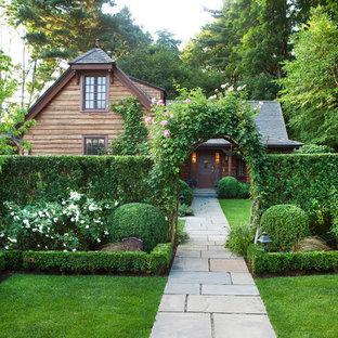Esempio di un giardino formale tradizionale davanti casa con un ingresso o sentiero