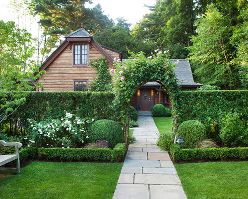 inspiration for a traditional front yard landscaping in new york