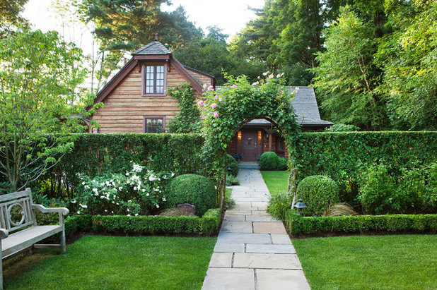 Traditional Garden by Wadia Associates