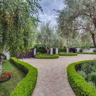 Mediterraner Vorgarten mit Auffahrt und Natursteinplatten in Los Angeles