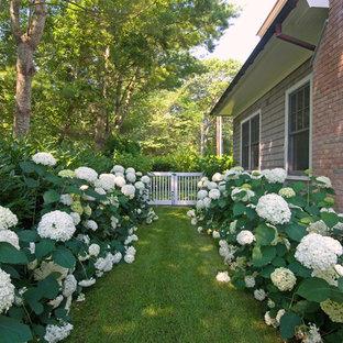 Idéer för att renovera en vintage trädgård i skuggan längs med huset